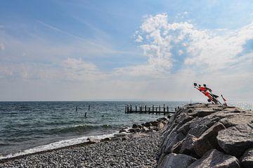 rote Fahnen am  Strand von Vitt auf Rügen von GH Foto & Artdesign