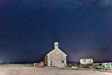 Houten kerk onder een sterrenhemel van Antwan Janssen