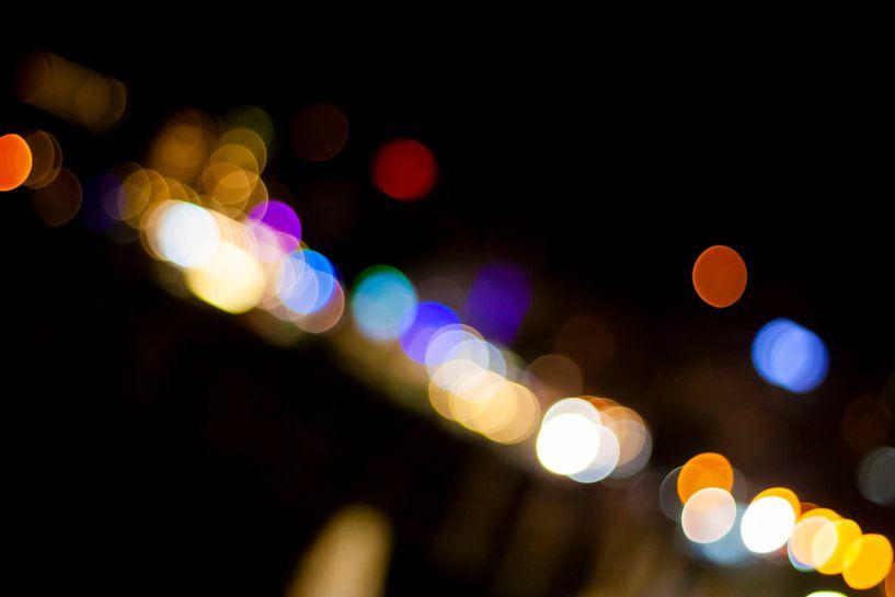 Abstract straatbeeld in de avond 1/4 van Mario Verkerk