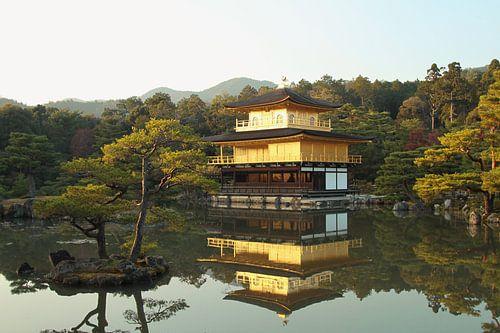 De gouden tempel (Kinkaku-ji), Kyoto, Japan van