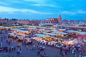 Djemaa el Fna markt in Marrakesh, Marocco bij zonsondergang van Nisangha Masselink