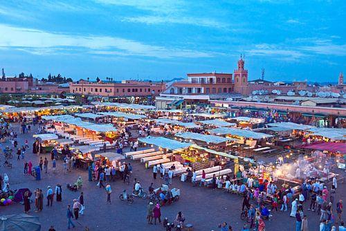 Djemaa el Fna markt in Marrakesh, Marocco bij zonsondergang van