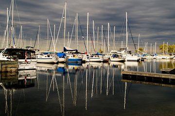Reflectie van boten in de haven