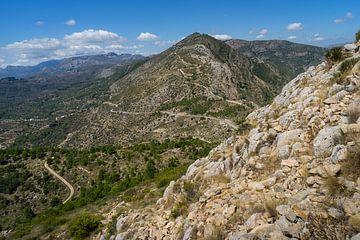 Een lange weg leidt de berg op