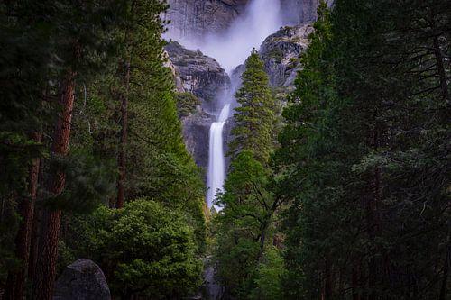 Waterval door de bomen