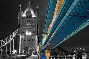 Detail tui van Tower Bridge deels zwart wit te Londen