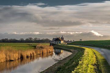Le long de l'IJsselmeerdijk de la Frise avec Workum en arrière-plan sur Harrie Muis