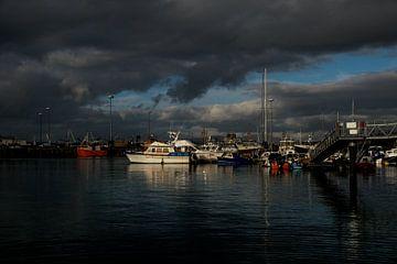Dreigende wolken boven de haven van Mallaig, Schotland van Paul van Putten