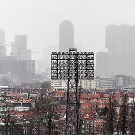Lichtmast van De Kuip met de skyline van Rotterdam van Jeroen van Dam