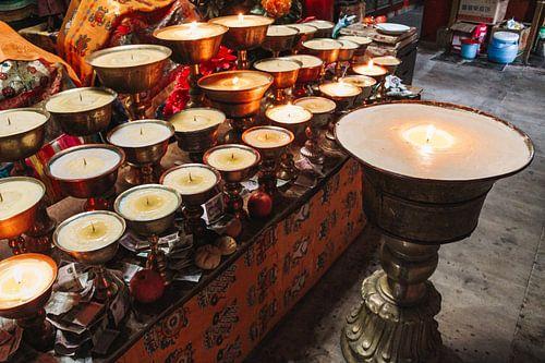 Tibetaanse boterlampen in klooster