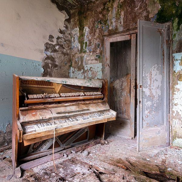 Verlaten Piano in Zwaar Verval. van Roman Robroek