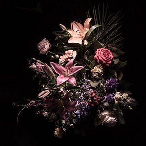 Stilleben mit Blumen in Rosatönen