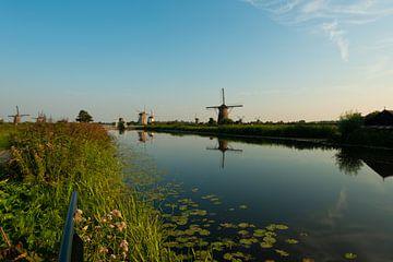 Kinderdijk Windmühlen am Wasser entlang von Brian Morgan