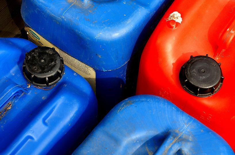 Red and blue cans. von Alice Berkien-van Mil