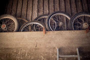 oude banden in de stal van Marloes Hoekema