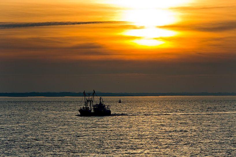 Vissersschip tijdens zonsondergang te Vlissingen van Anton de Zeeuw