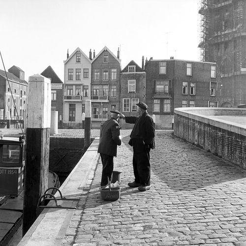Mannen in haven achter De Grote Kerk Dordrecht van