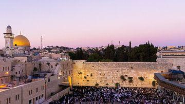 Zonsondergang tijdens shabbat bij de Klaagmuur in Jeruzalem van Jessica Lokker