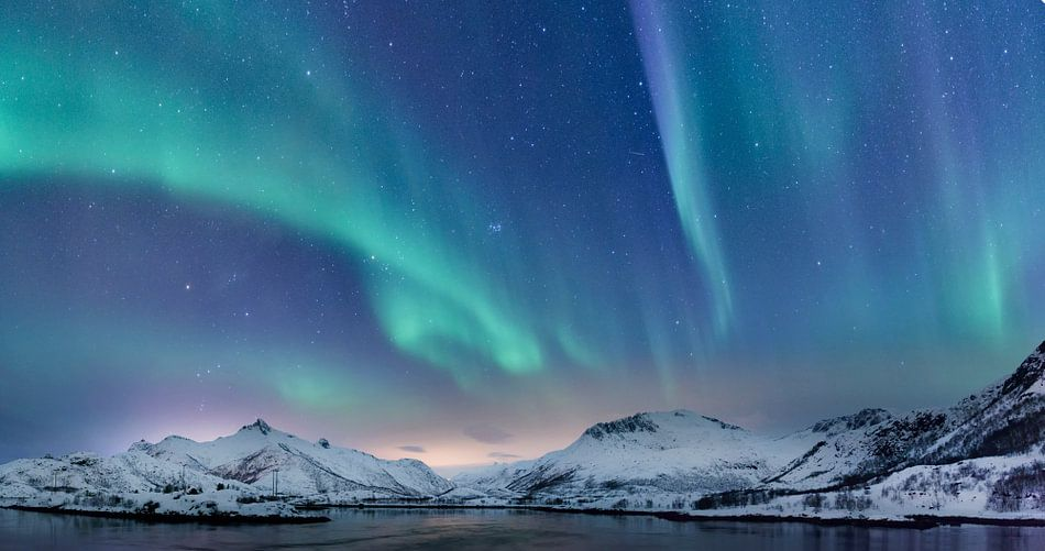 Northern Lights over the Lofoten Islands in Norway par l ...