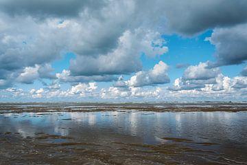 Een verlaten strand van Marian Sintemaartensdijk