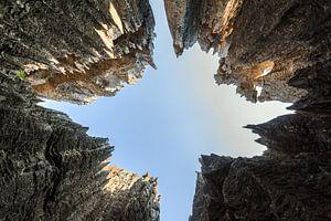 Hoge scherpe rotsen van de Tsingy in Madagaksar van