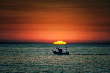 Fischerboot bei Sonnenaufgang von Aron van Oort