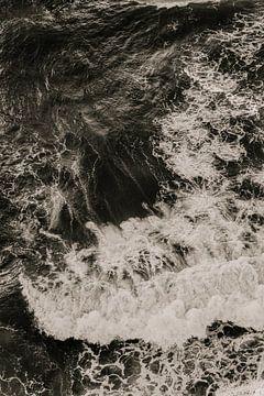 Schwarz-Weiß-Bild von wilden Wellen von Moniek Kuipers