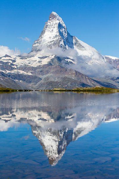 Spiegelung des Matterhorns im Bergsee von Menno Boermans