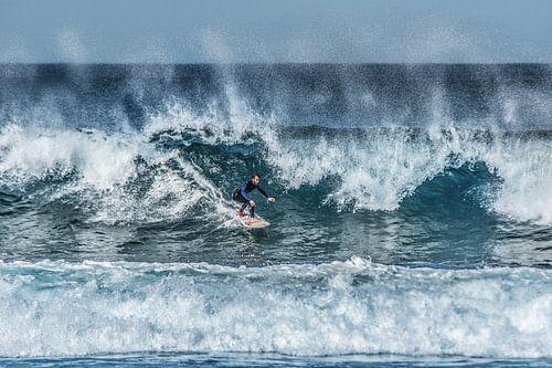 Surfen op oceaangolven bij Famara - Lanzarote van Harrie Muis