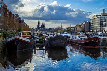 Boten aan de Westerdoksdijk Amsterdam van Lotte Klous