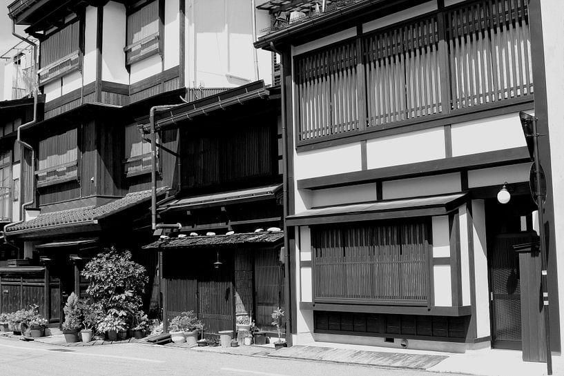 Houten huizen,  Takayama, Japan van Inge Hogenbijl
