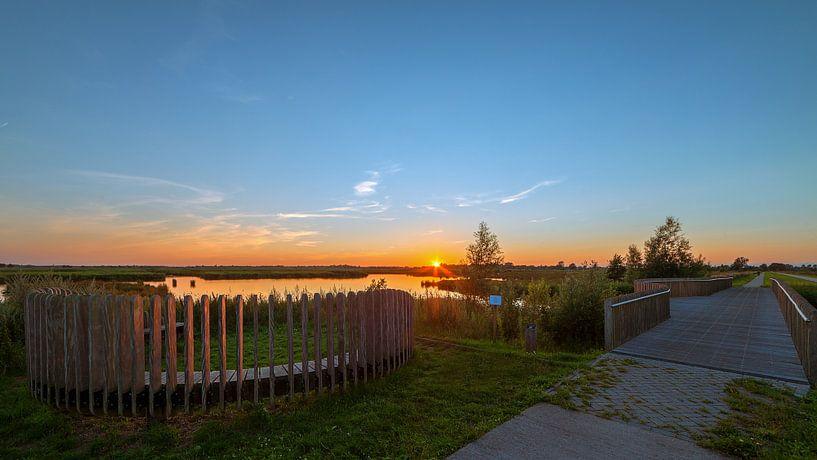 Mijmerbank in De Onlanden Matsloot tijdens zonsondergang van R Smallenbroek