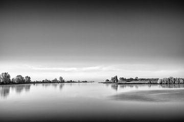 Das ruhige Wasser des Flusses Lek von Tony Buijse