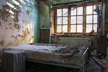 Schlafzimmer in einer verlassenen Villa von Tim Vlielander