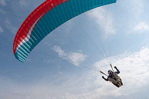 Paraglider in de lucht van Helene van Rijn
