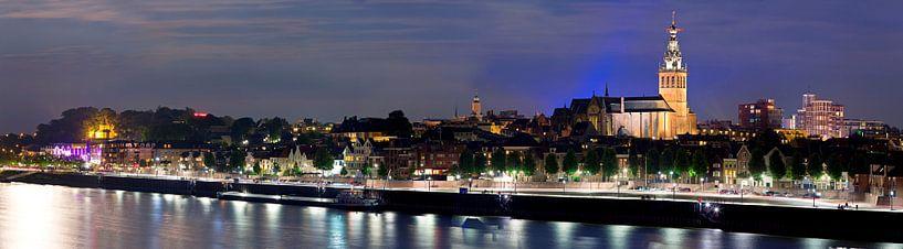 Nacht panorama Nijmegen van Anton de Zeeuw