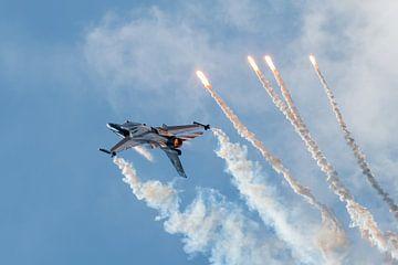 F-16 Fighting Falcon onderste boven tussen rook en chaff van Wim Stolwerk