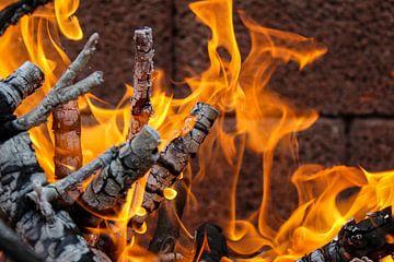 Achtergrond, textuur met laaiende oranje vlammen van Reiner Conrad