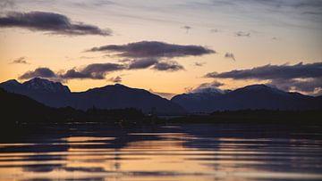 Sonnenuntergang an einem See in Schottland, das Ende eines schönen Tages von Studio de Waay