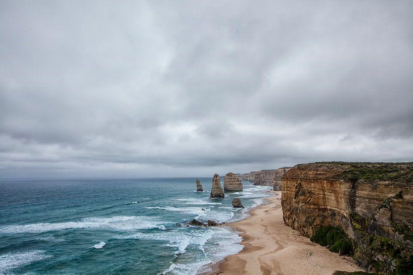 Twelve Apostles scenic uitzichtspunt bij Castle Rock in de pacific ocean road in Victoria, Australia van Tjeerd Kruse