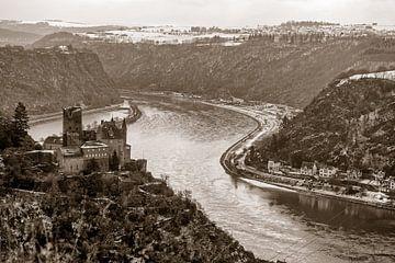 Burg Katz aan de Rijn met op de achtergrond de Lorelei van Hanneke Luit