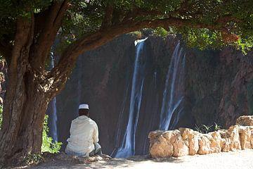 Jongeman rust bij de watervallen van Ouzoud van Dennis Wierenga