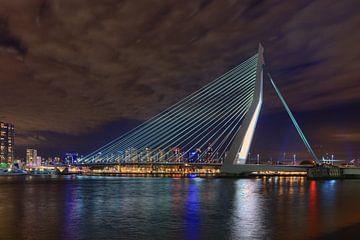 Rotterdam Erasmusbrug bij nacht van Peet de Rouw