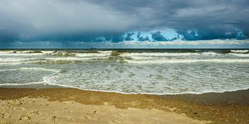Dreigende Lucht boven een Kalme Zee (5) van Dirk Huckriede