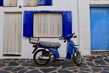 Blauw tafereel in Cadaqués, Spanje van Julia Wezenaar