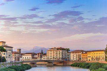 Rivier de Arno in het avondlicht  in Pisa van Marc Venema