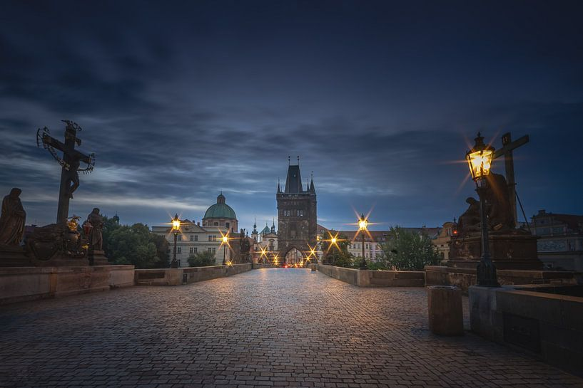 Zonsopkomst op de prachtige Karelsbrug in Praag van Dennis Donders