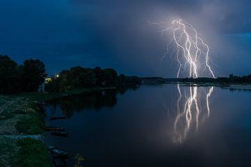 Bliksem gereflecteerd in de Loire von Michael Echteld