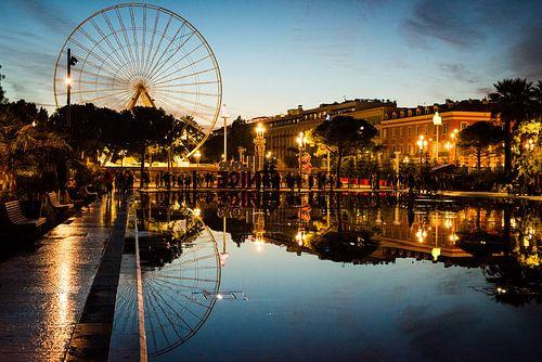 Stadtbild von Nice, Frankreich, bei Sonnenuntergang mit Riesenrad und Reflexion von