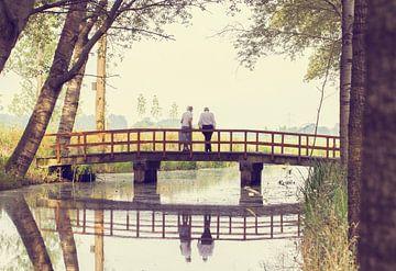 A lovely walk in the forest (color) een ouder echtpaar op de brug in het bos bij het water